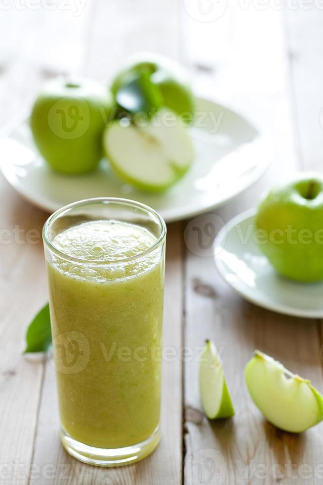 shake de maçã no fundo de madeira foto