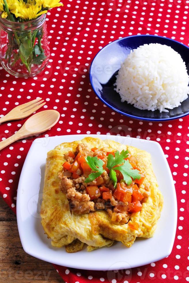 arroz, omelete recheada e tom kha kai, frango com coco foto