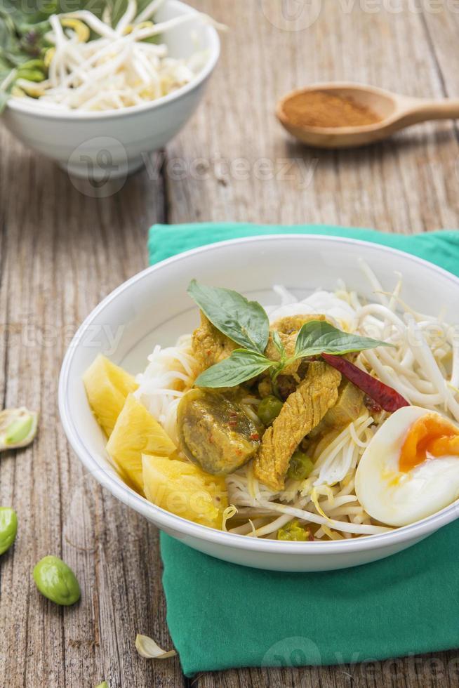 caril de frango com aletria de arroz tailandês foto