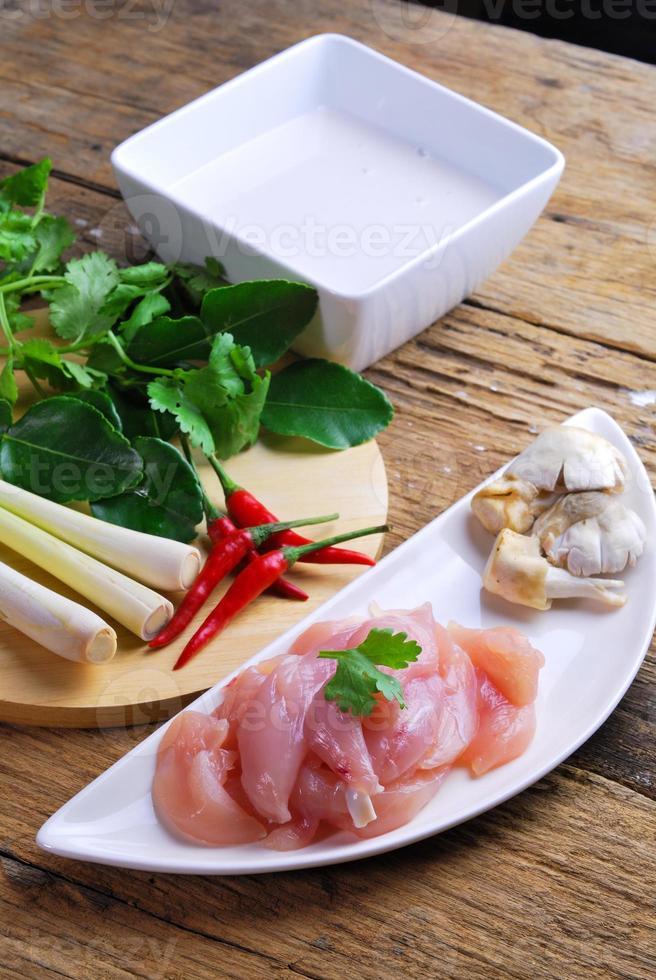 cozinha tailandesa tom kha kai frango na sopa de leite de coco foto