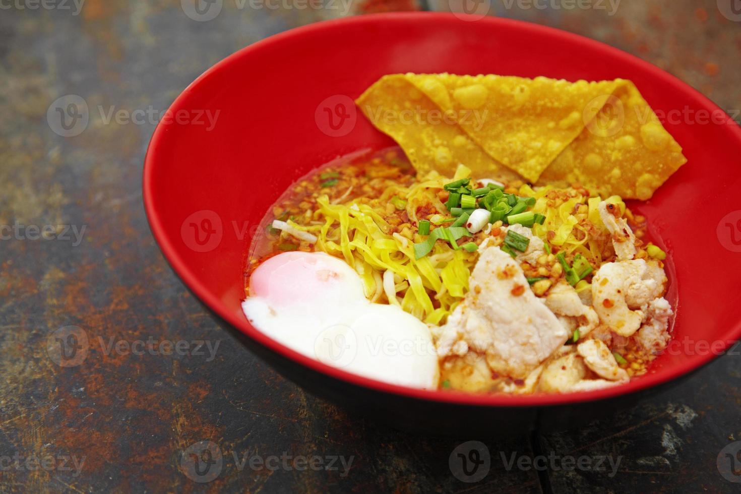 close-up macarrão de porco picante tailandês foto