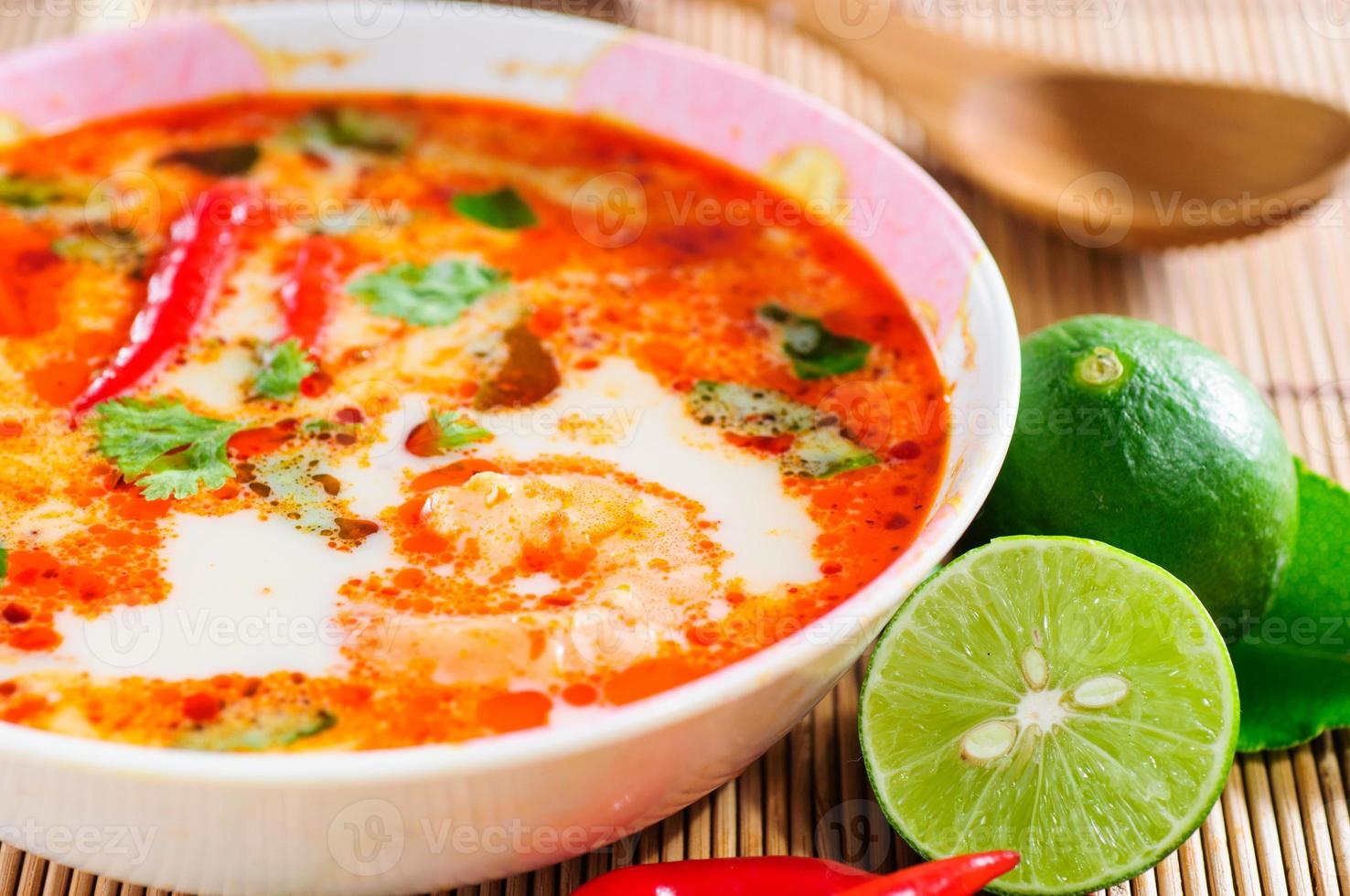 tom yam kung - pratos tailandeses close-up picante foto