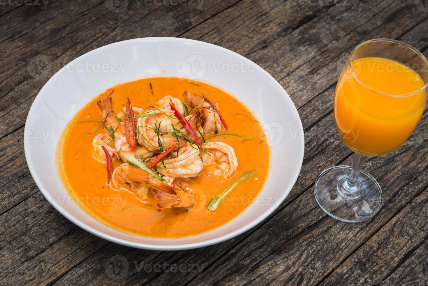 caril tailandês com camarão foto