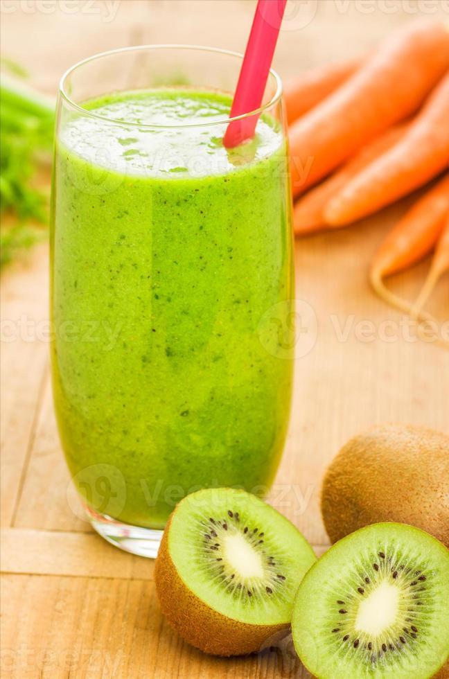 smoothie verde com ingredientes frescos foto