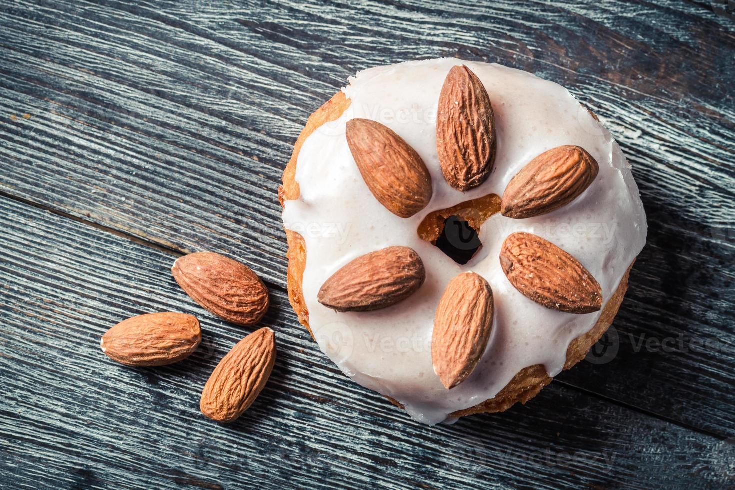 closeup de donut com amêndoa foto