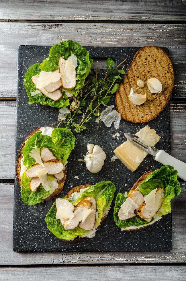 salada de caesar na torrada de panini foto