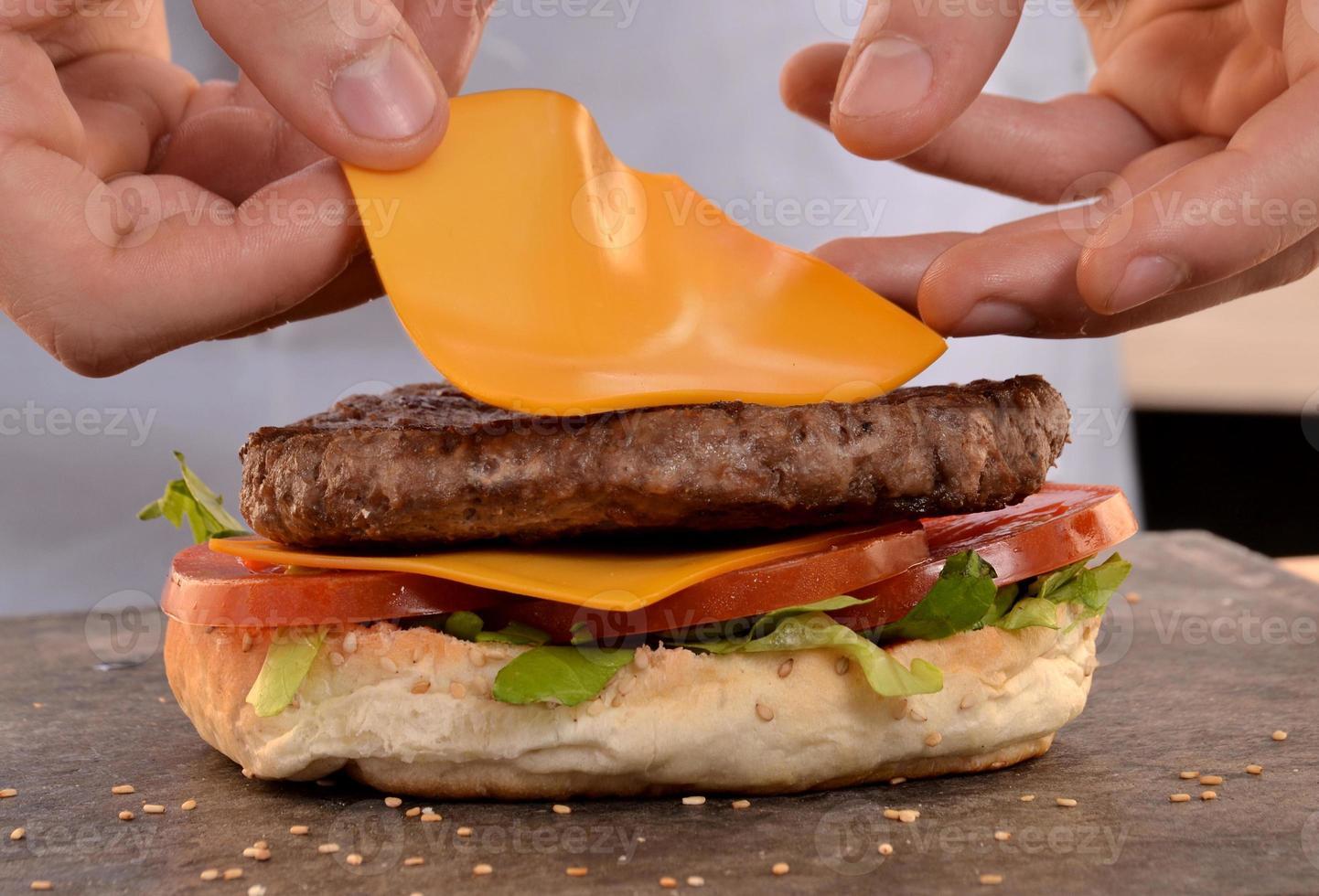 cozinhar hambúrguer. foto
