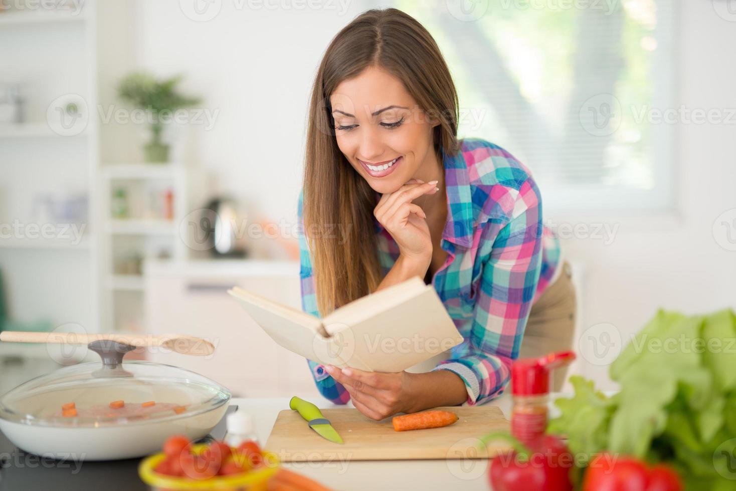 jovem mulher cozinhando foto