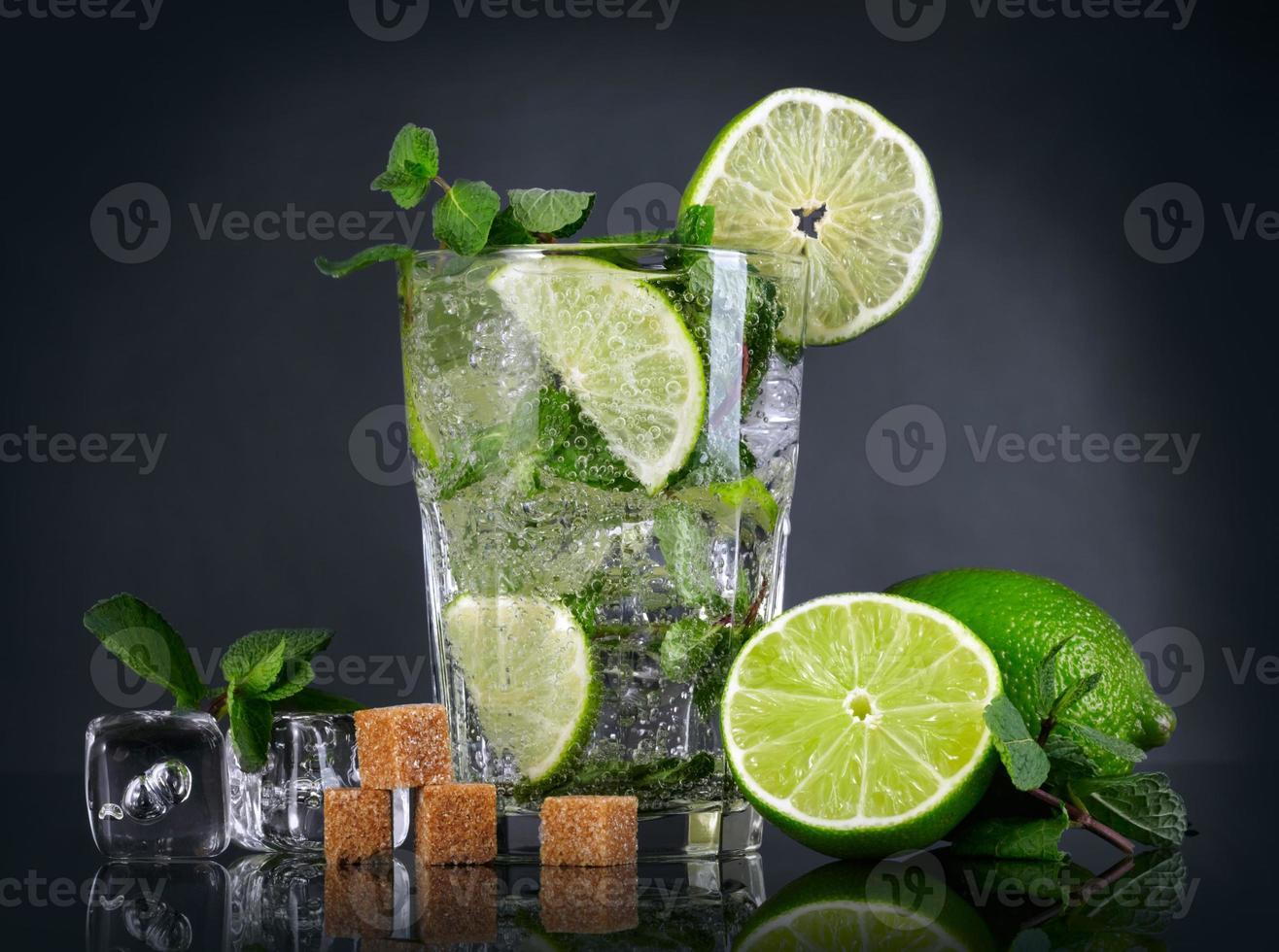 mojito cocktail sobre fundo preto foto
