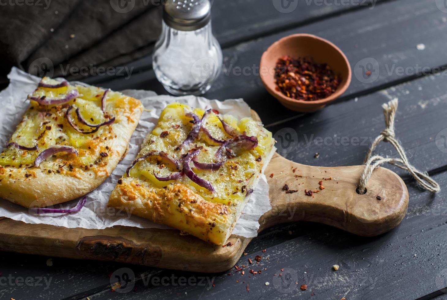 torta crocante rústica simples com batatas, queijo e cebola vermelha. foto