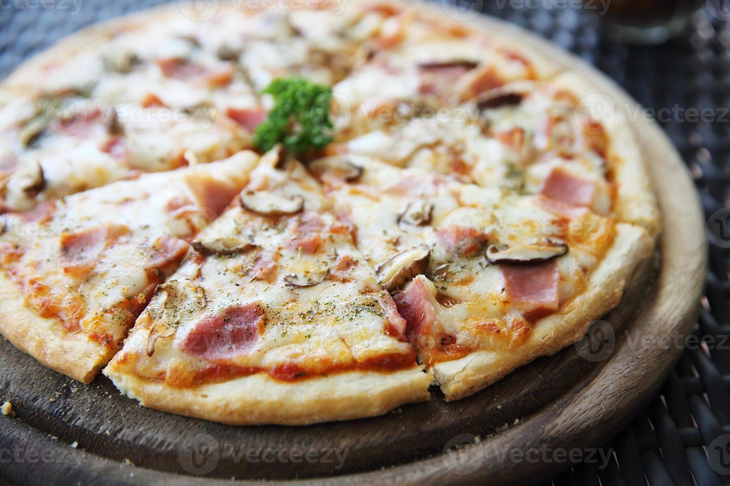 pizza presunto e cogumelos foto