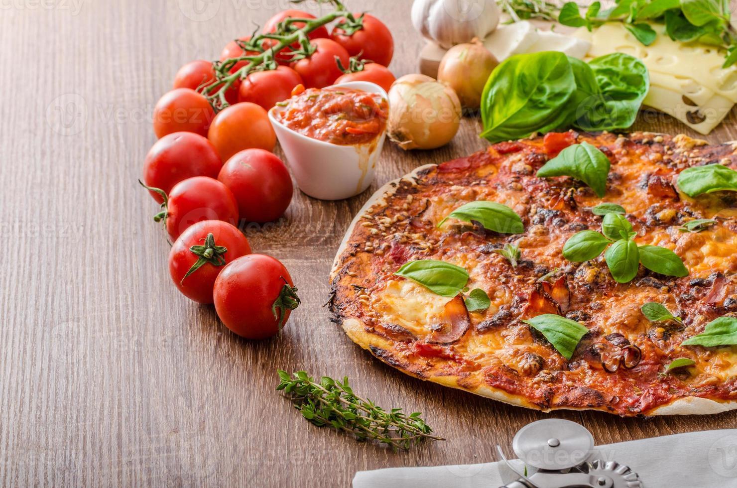pizza de queijo com pimenta e manjericão foto
