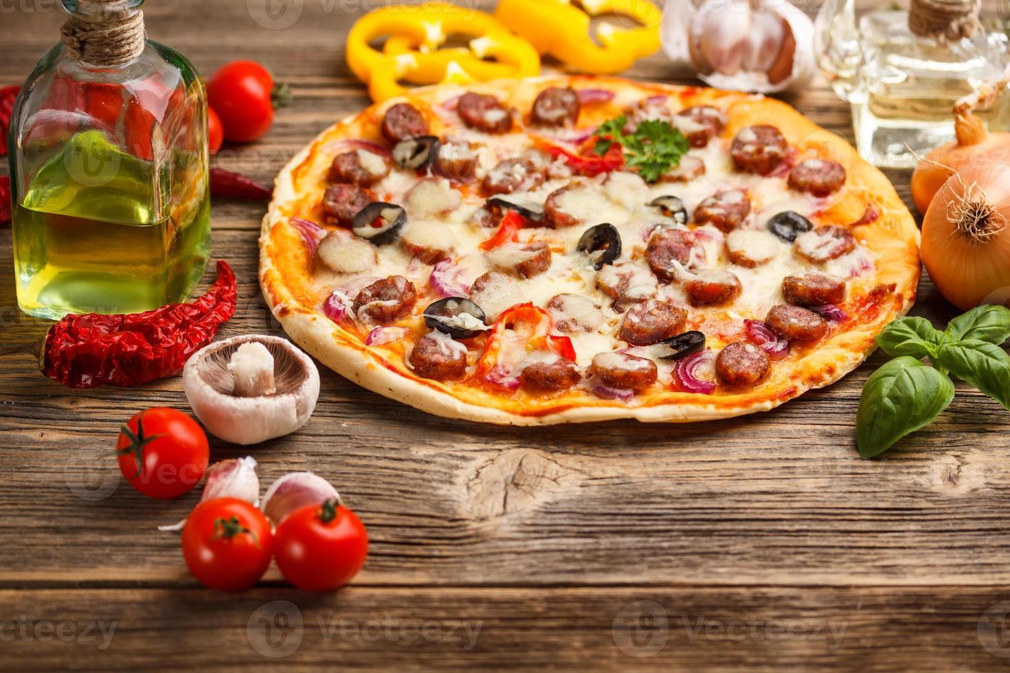 pizza com ingredientes foto