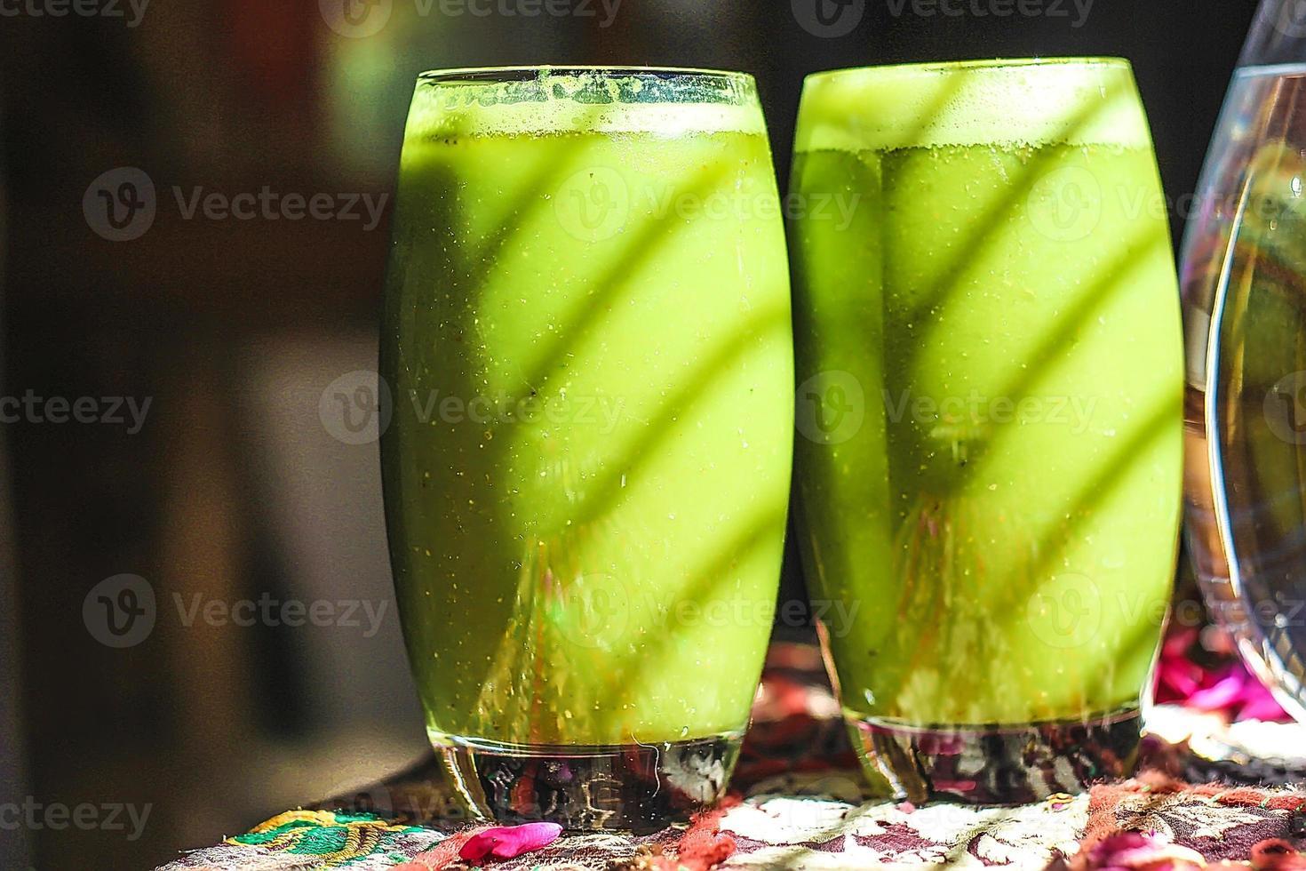 smoothies verdes brilhantes de hippie artística foto