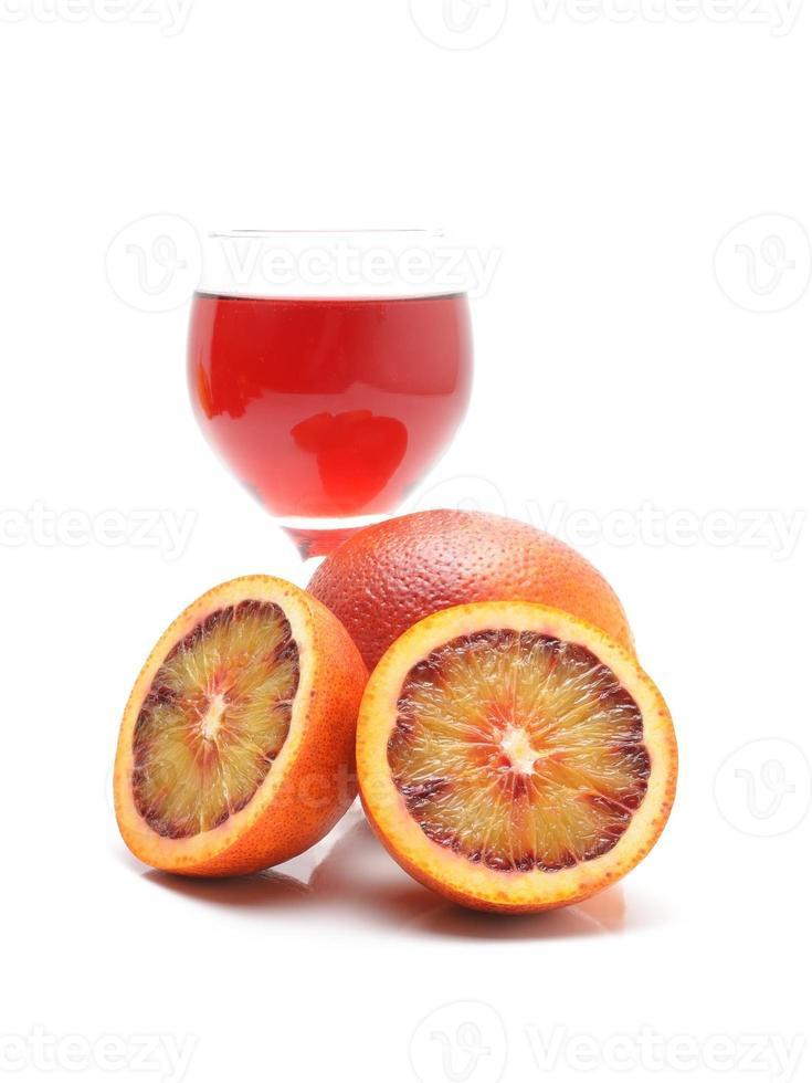 laranja de sangue e suco isolado no fundo branco foto