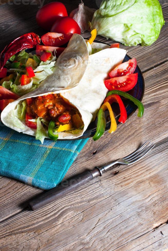 tortilla com chili com carne. foto