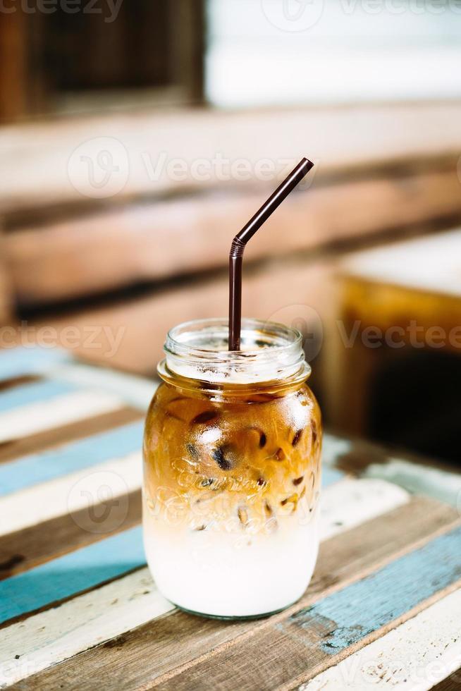 copo de café gelado em cima da mesa de madeira foto