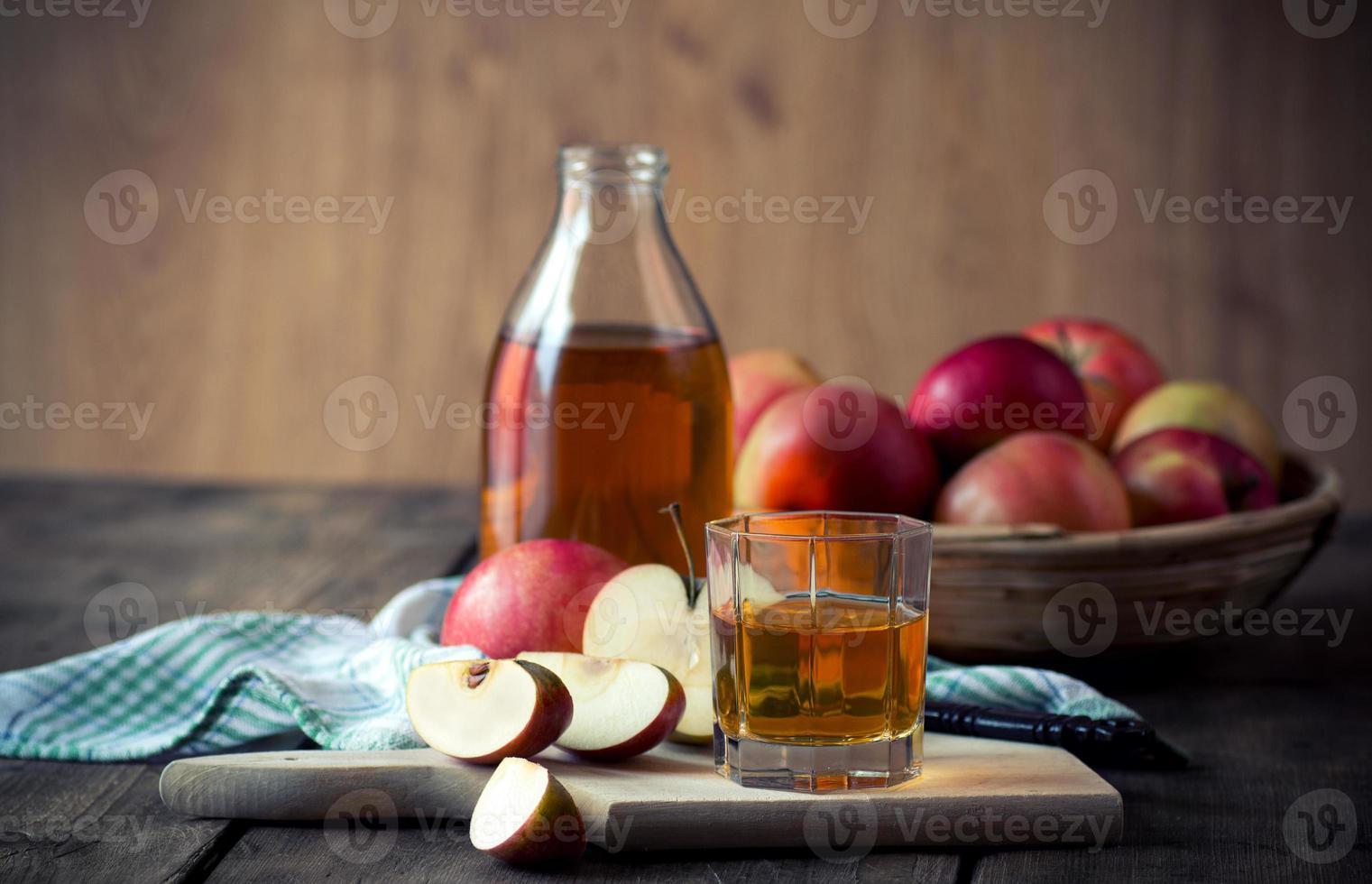 maçãs e suco de maçã. foto