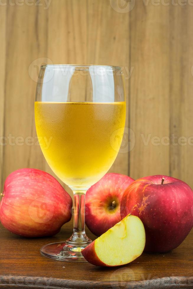 maçã vermelha e suco de maçã foto