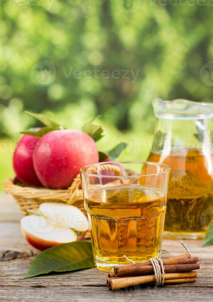 suco de maçã no copo e jarra foto