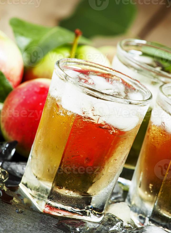 suco de maçã refrescante com gelo e frutas foto