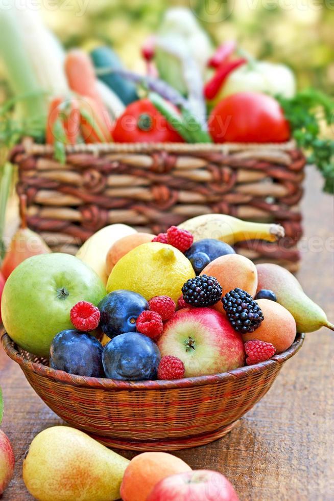 frutas e legumes orgânicos frescos foto