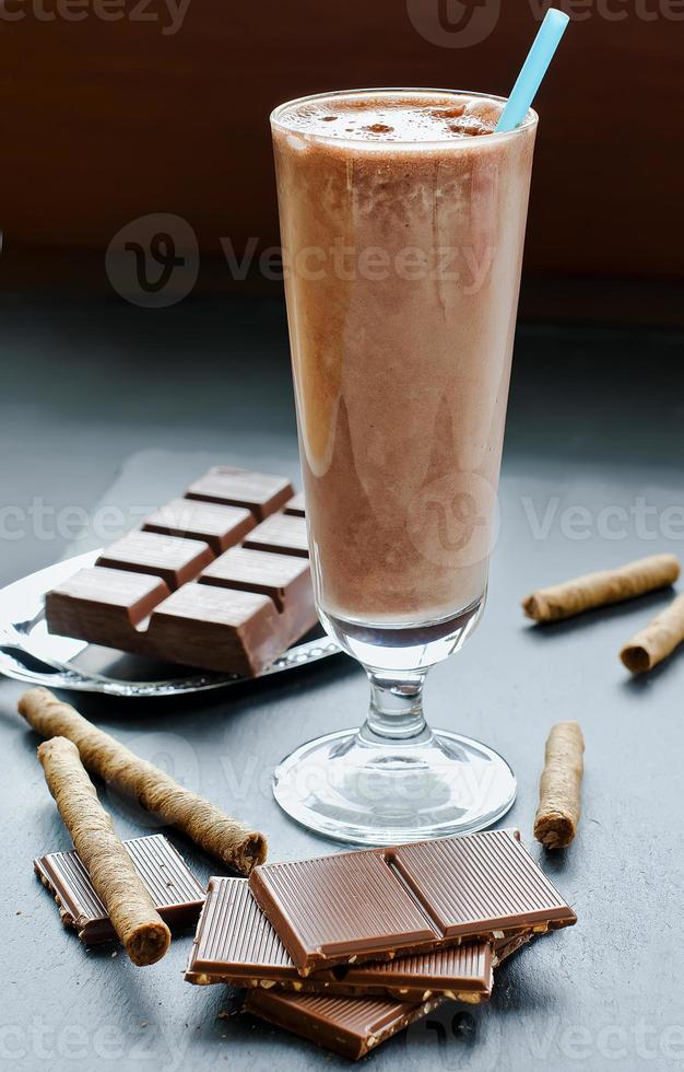 batido de chocolate no copo em fundo preto foto
