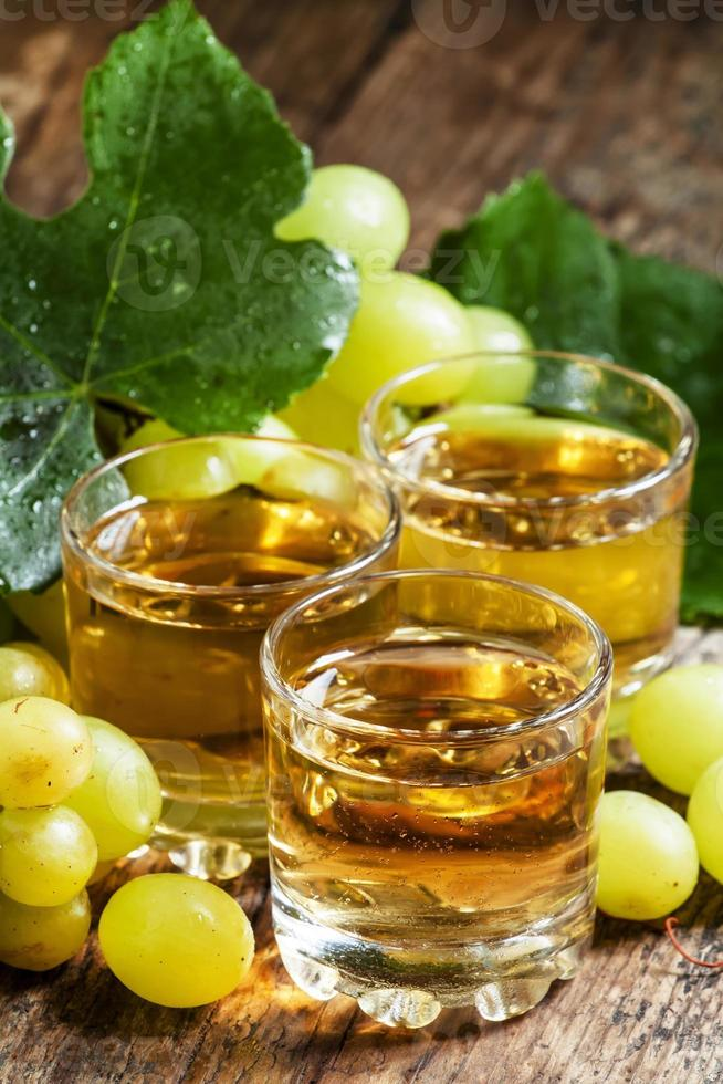 suco de uva claro sobre fundo de madeira foto