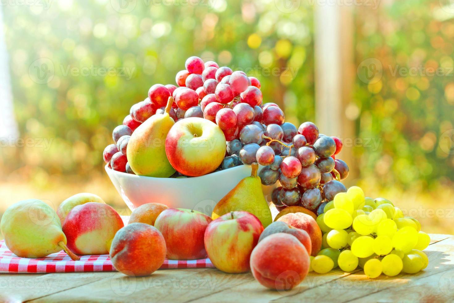 frutas frescas de outono foto