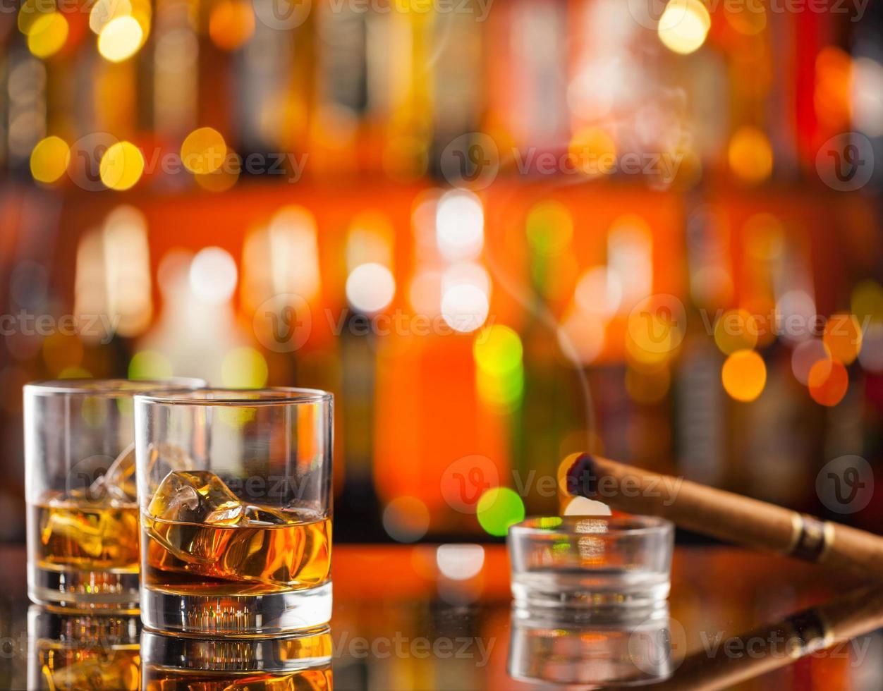 bebidas de uísque no balcão do bar foto
