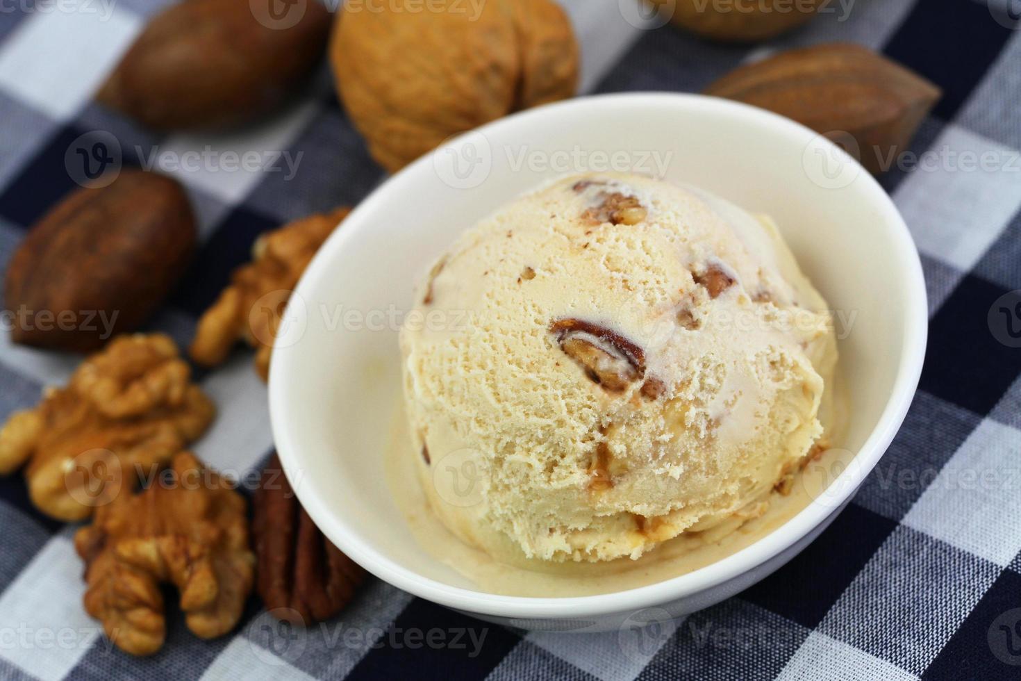 sorvete de nozes, nozes e caramelo foto