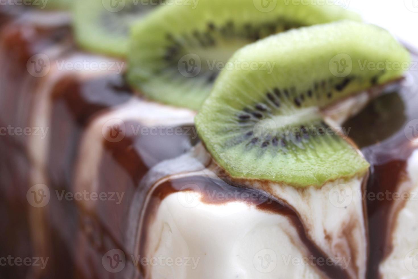 sorvete cítrico de baunilha, decorado com calda de chocolate foto