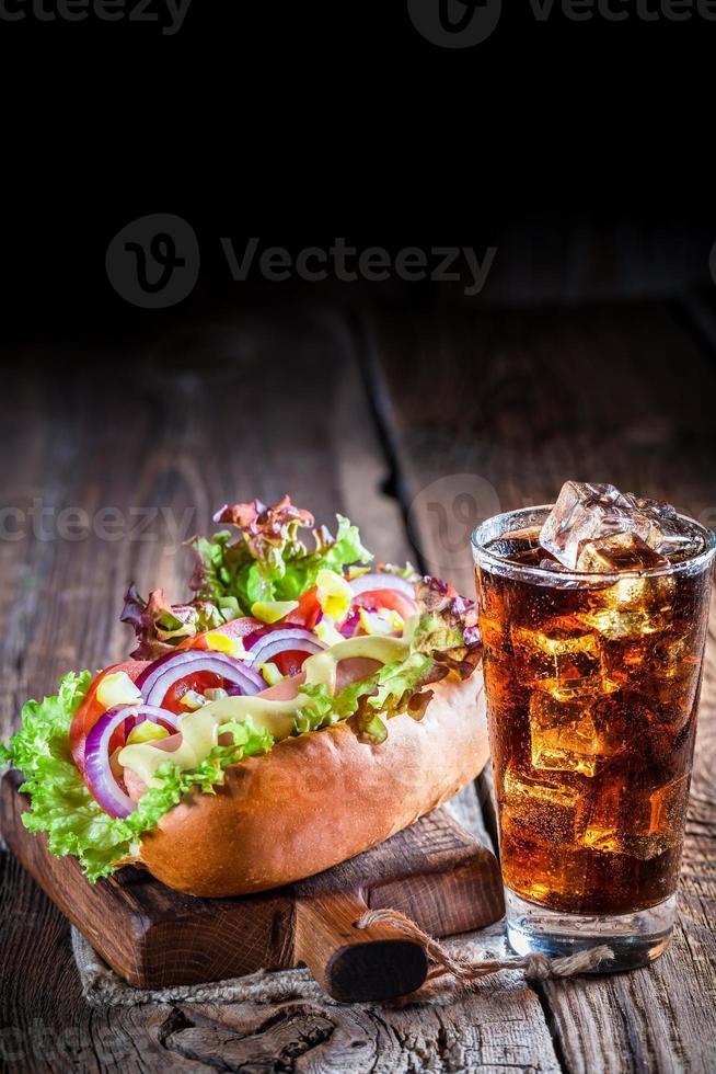 cachorro-quente saboroso com linguiça e legumes foto