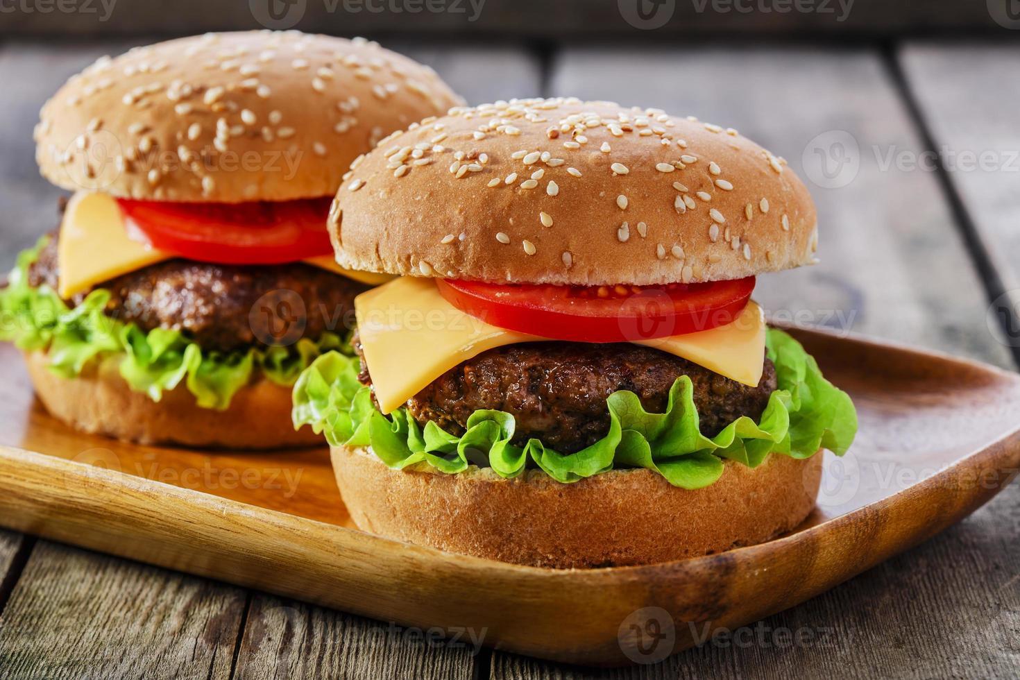mini hambúrguer com queijo e tomate foto