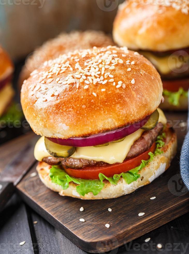 hambúrguer delicioso na placa de madeira foto