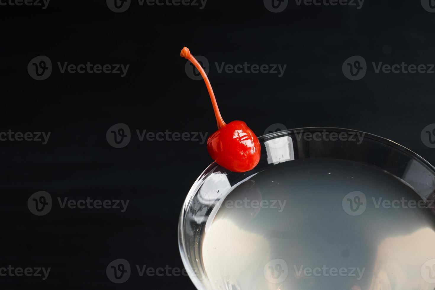 coquetel em copo de martini foto