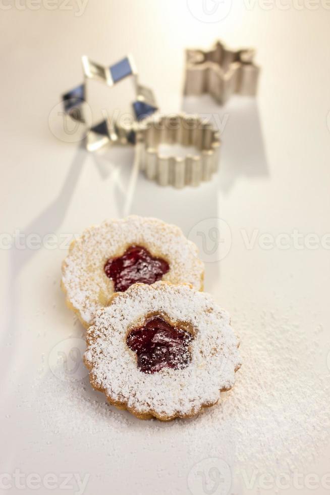 biscoitos de natal e cortadores de biscoitos foto