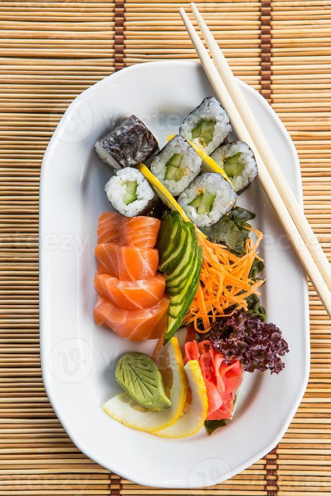 rolos de sushi fresco foto