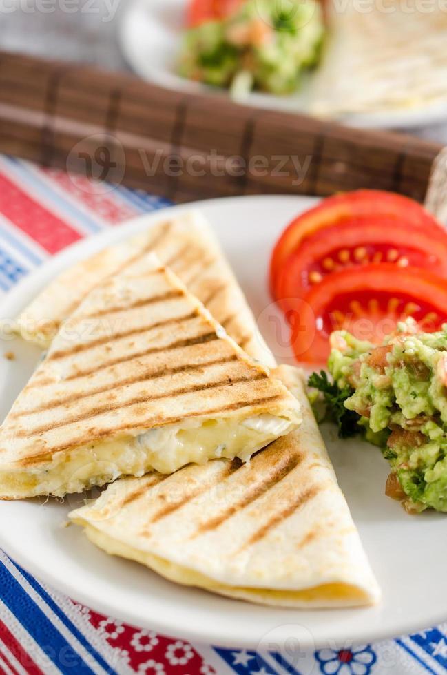 Quesadilla de queijo com guacamole e tomate foto