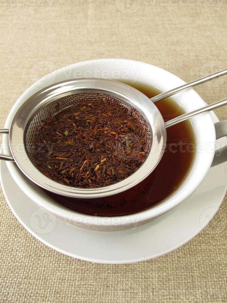 chá de rooibos em coador de chá foto