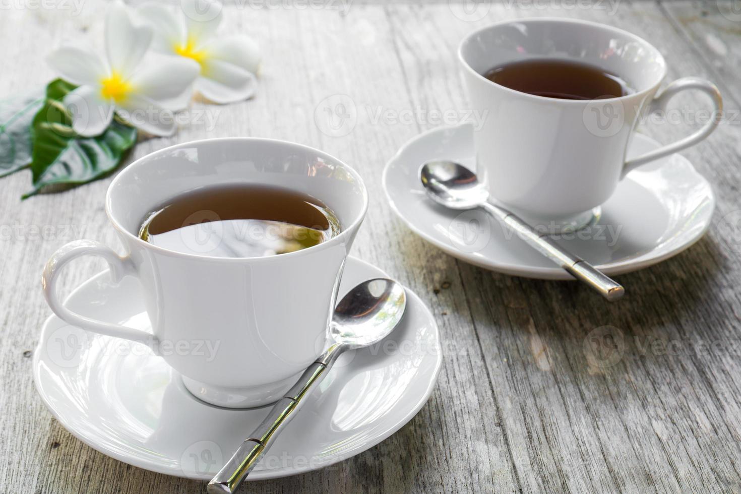 xícara de chá na mesa de madeira foto
