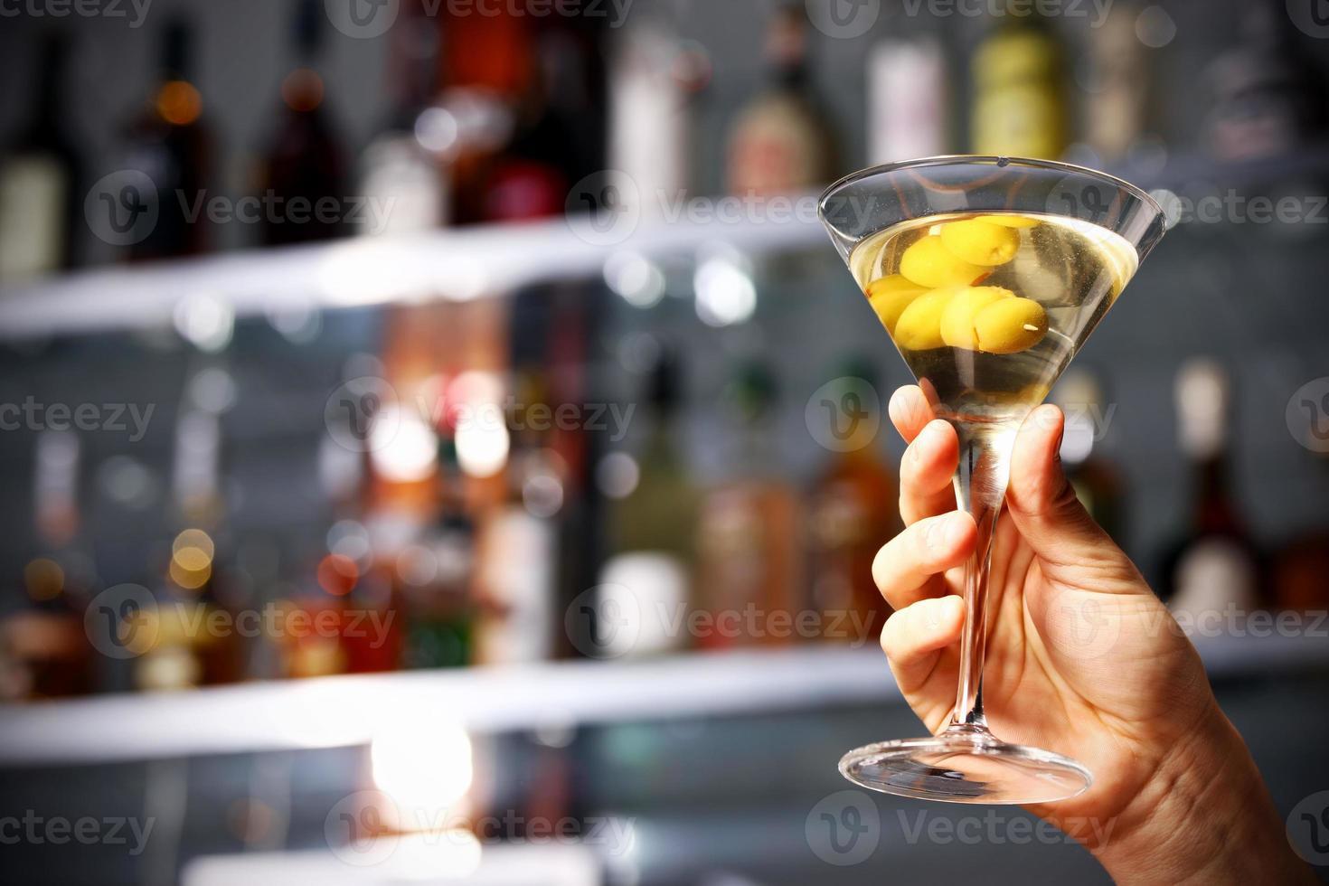 segurando a bebida na mão foto