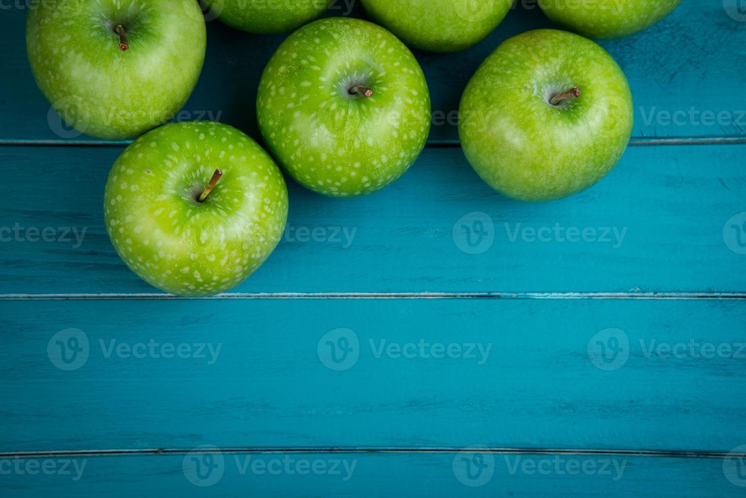 fazenda maçãs orgânicas verdes frescas na mesa retrô de madeira foto