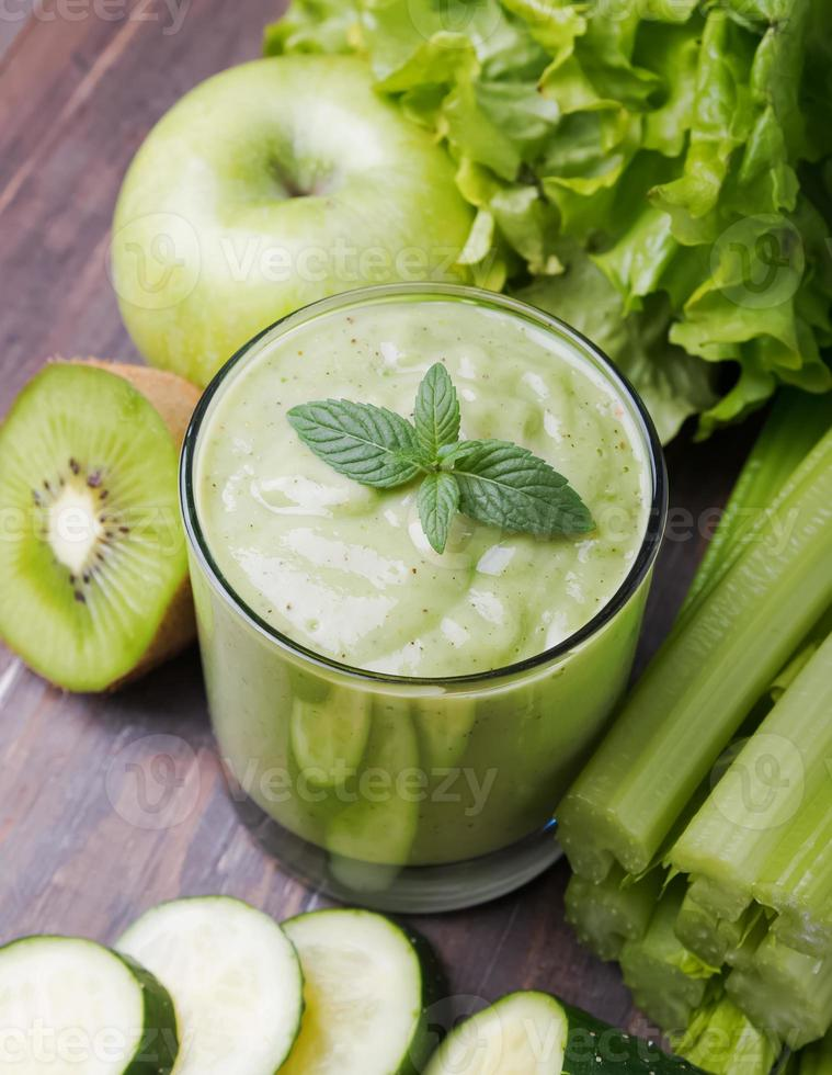 smoothie verde, legumes e frutas foto