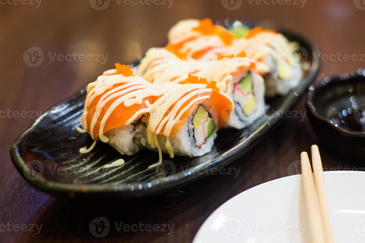 rolo de sushi japonês de frutos do mar foto