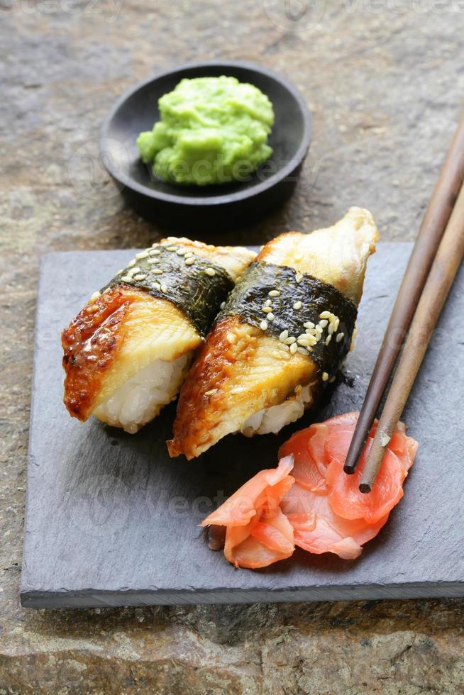 porção de sushi com enguia defumada foto