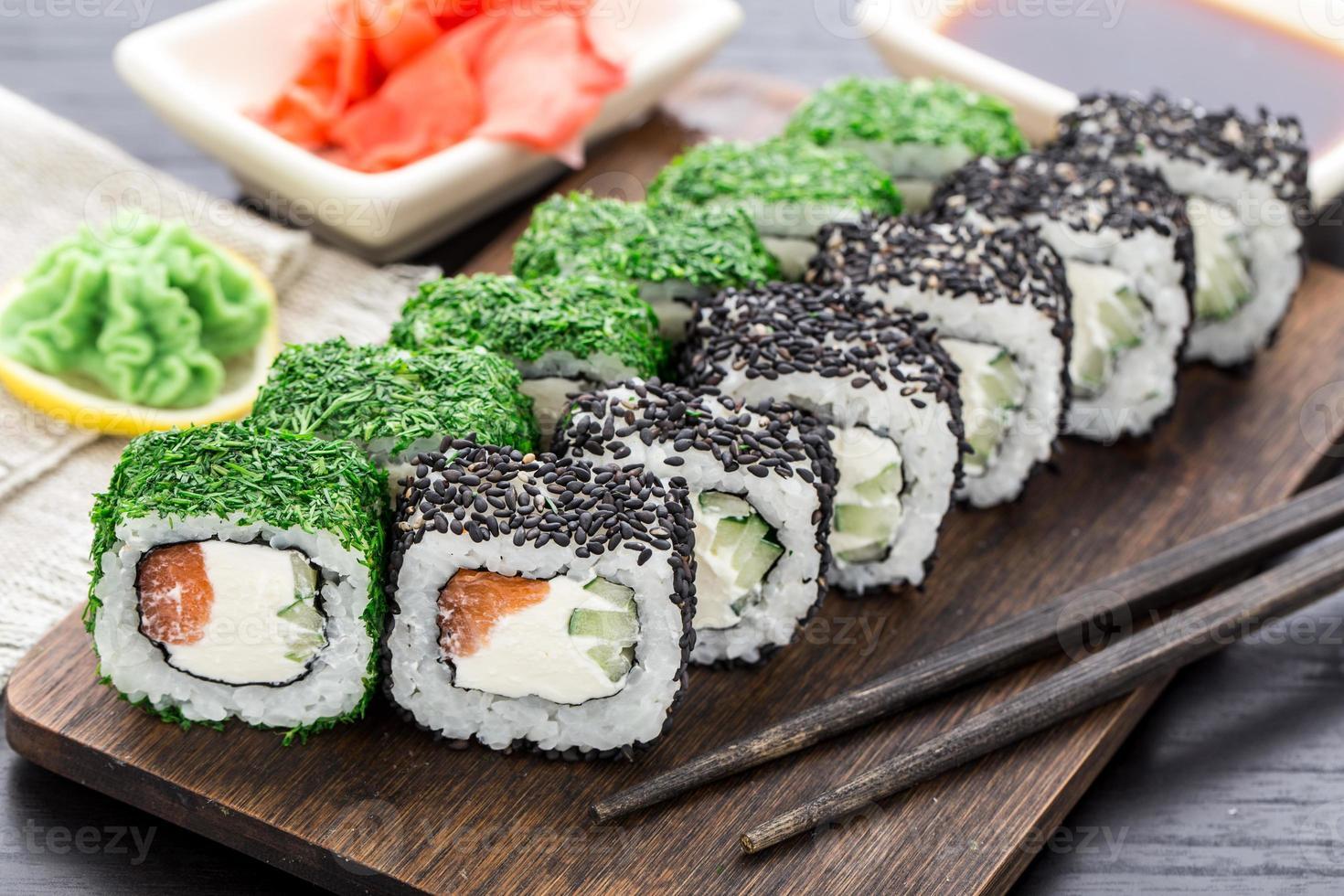 rolo de sushi coberto com endro e gergelim foto