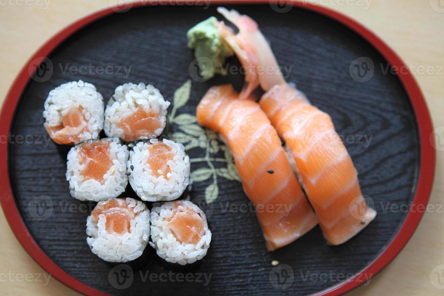 sushi de salmão maki isolado no fundo branco foto
