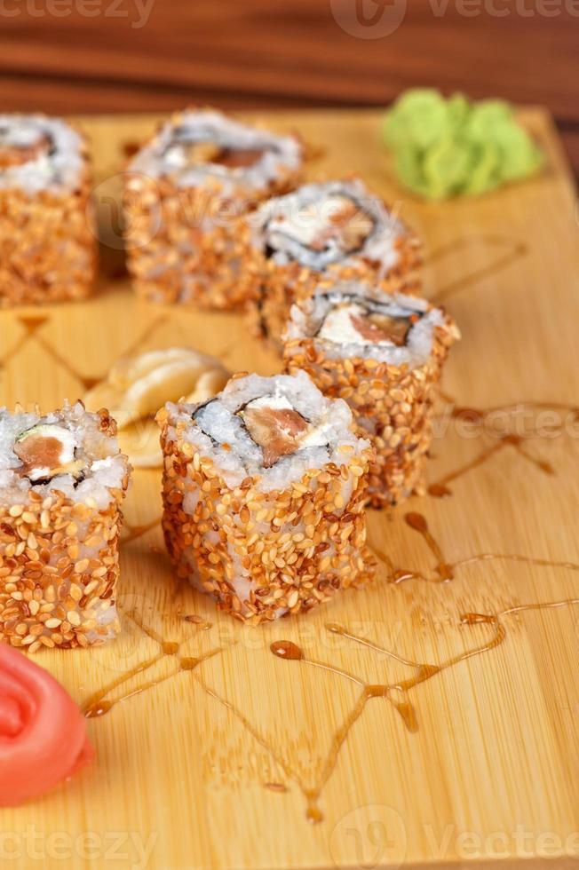 rolos de sushi de gergelim foto