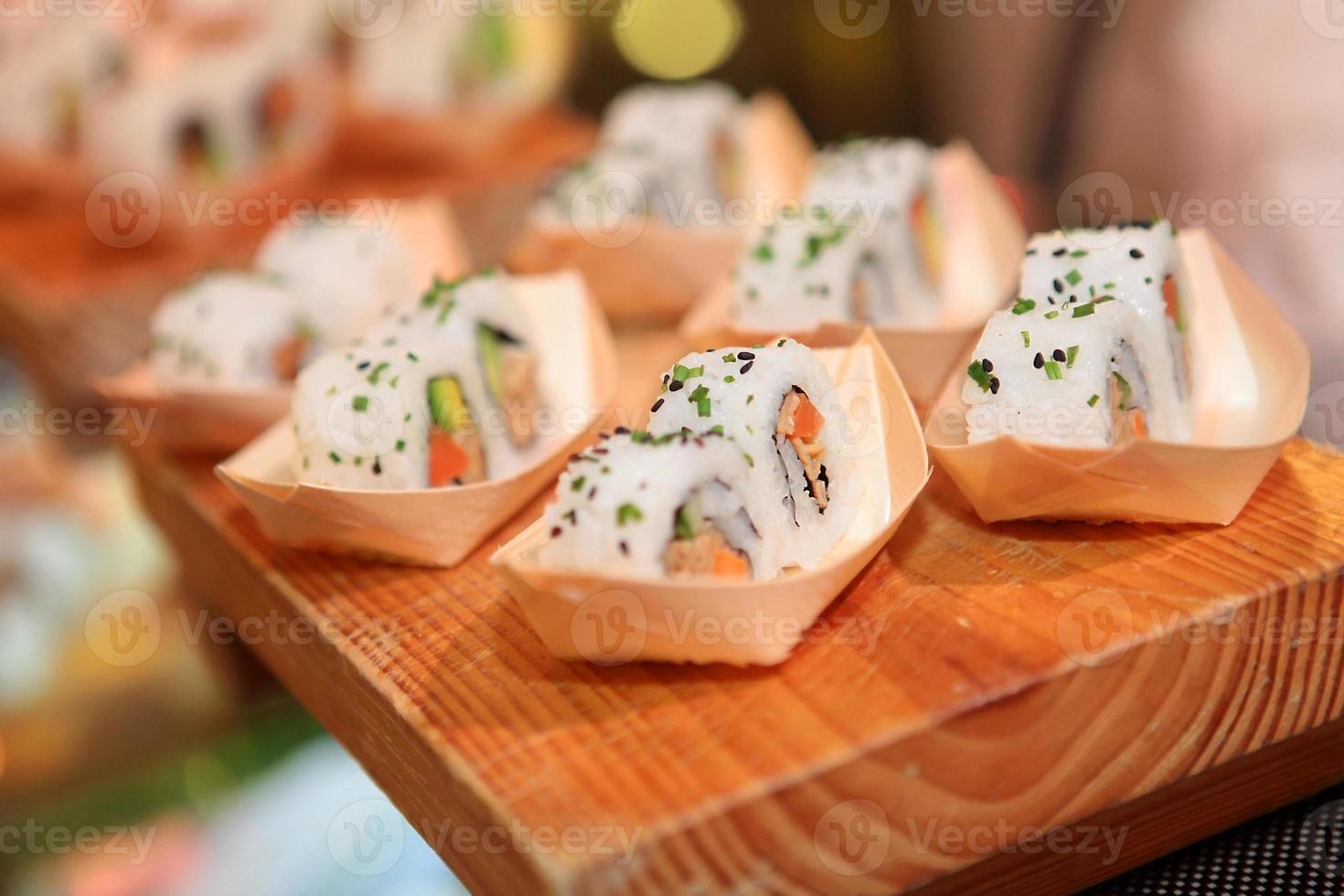 closeup de rolo de sushi na placa de madeira foto